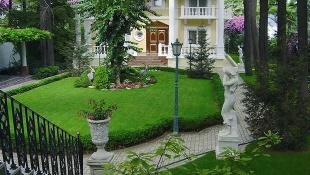 Çim coşturan ile daha yeşil ve parlak bahçeler